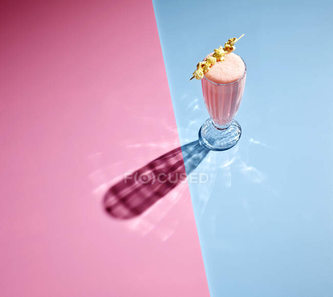 Vista de alto ângulo do milkshake no fundo colorido — Fotografia de Stock