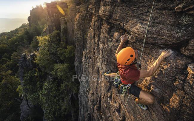 Man climbing Battert rock at sunset, Baden-Baden, Alemanha — Fotografia de Stock
