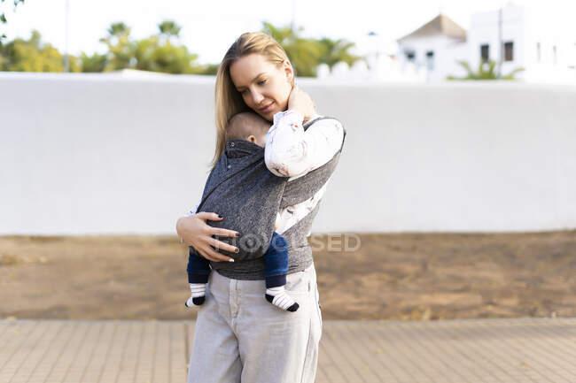 Мати носила хлопчика на вулиці. — стокове фото