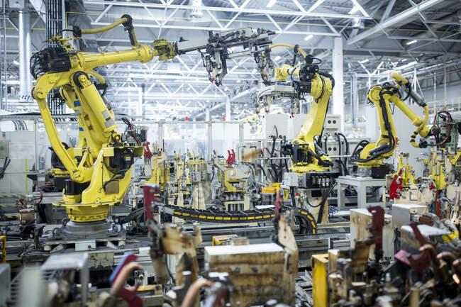 Промислові роботи на автозаводі. — стокове фото