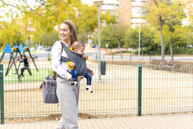 Щаслива мати йде з хлопчиком на вулиці — стокове фото