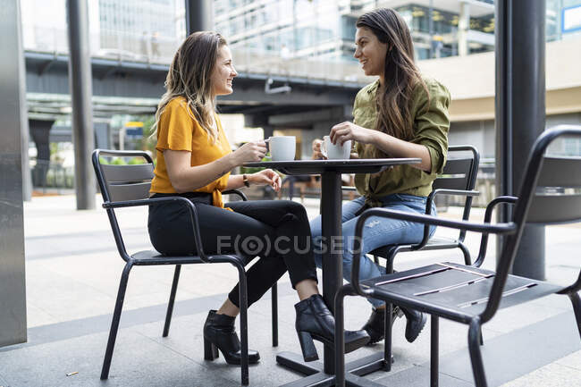 Lesbian couple at a sidewalk cafe in the city, London, UK — Stock Photo
