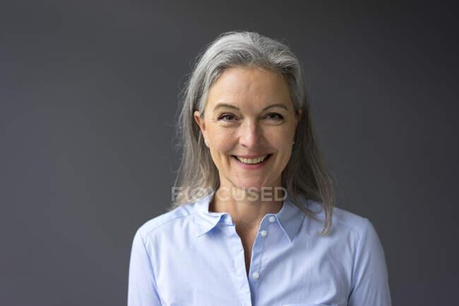 Retrato de mujer de negocios madura feliz - foto de stock