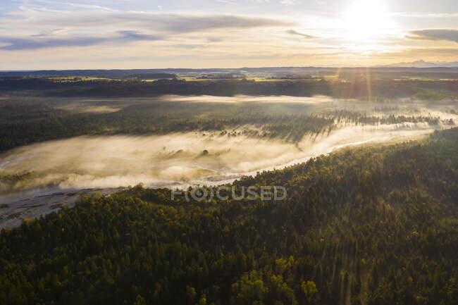 Alemania, Baviera, Wolfratshausen, Niebla flotando sobre el río Isar al amanecer - foto de stock