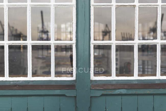 Німеччина, Гамбург, Овельгонн, Порт на річці Ельба відображена у вікні — стокове фото