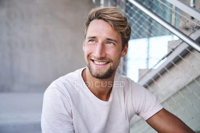 Porträt eines lächelnden jungen Mannes mit weißem T-Shirt — Stockfoto