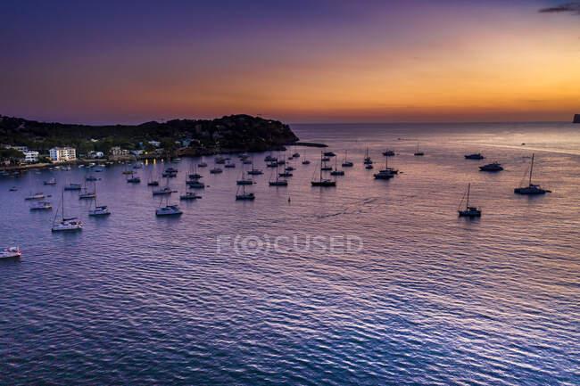 Spagna, Maiorca, Santa Ponsa, Veduta aerea delle barche galleggianti nelle acque costiere al tramonto — Foto stock