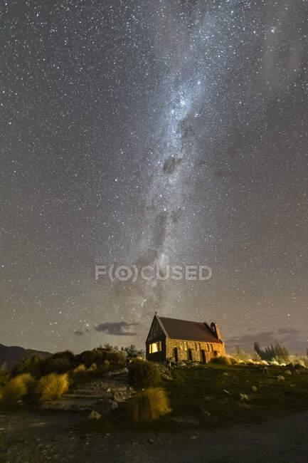 Nouvelle-Zélande, Océanie, Île du Sud, Lac Tekapo, Eglise du Bon Pasteur et Voie Lactée sur le ciel la nuit — Photo de stock