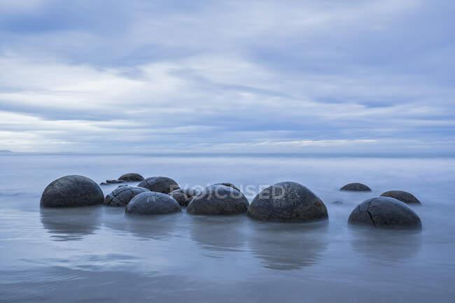 Nueva Zelanda, Oceanía, Isla Sur, Southland, Hampden, Otago, Moeraki, Koekohe Beach, Moeraki Boulders Beach, Moeraki Boulders, piedras redondas en la playa - foto de stock