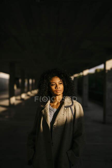 Retrato de una joven en un garaje - foto de stock