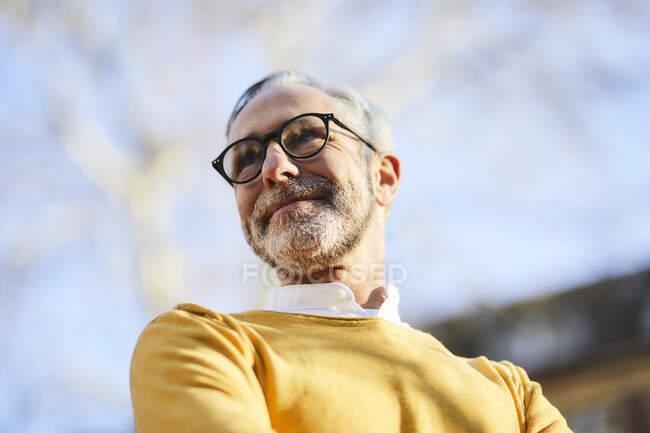 Retrato de homem maduro confiante ao ar livre — Fotografia de Stock
