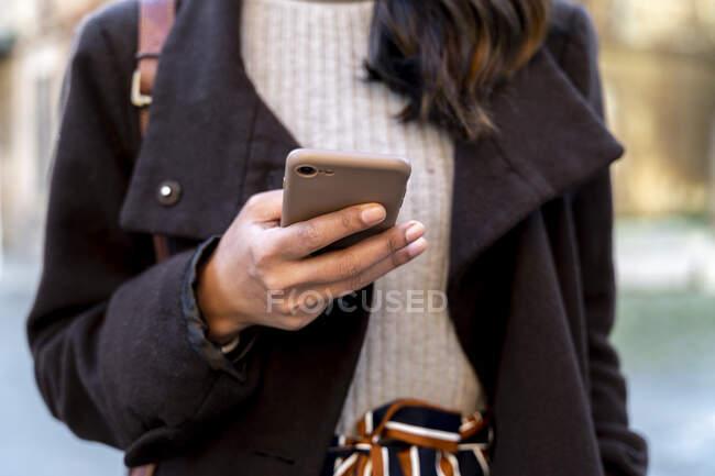 Primo piano della donna in possesso di smartphone — Foto stock