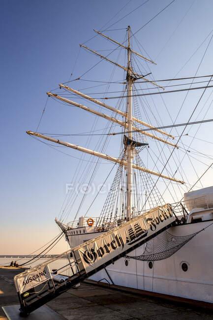 Германия, Мекленбург-Западная Померания, Gorch Fock I корабль пришвартовался в порту Штральзунд — стоковое фото