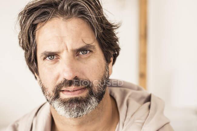 Портрет чоловіка у ванній кімнаті, який дивиться на камеру. — стокове фото