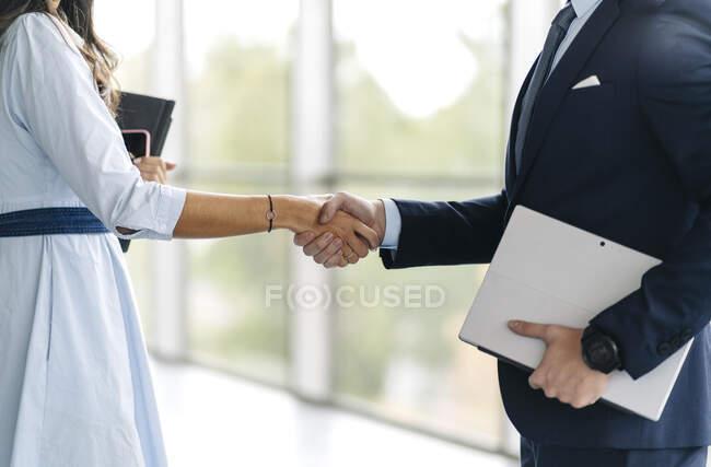 Gens d'affaires serrant la main, gros plan — Photo de stock