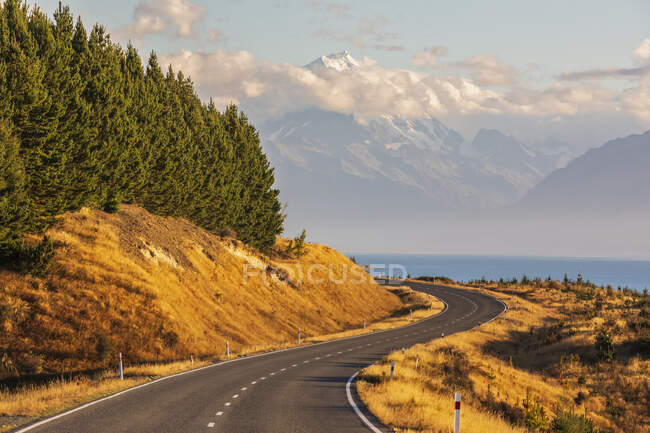 New Zealand, NewZealandState Highway 80with Mount Cook in background — Stock Photo