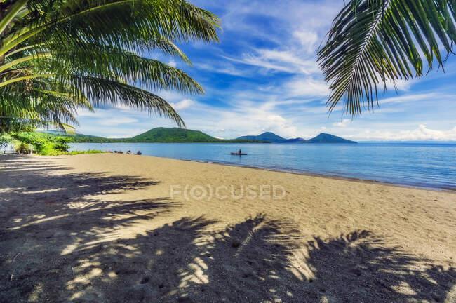 Papua Nueva Guinea, Provincia del Este de Nueva Bretaña, Rabaul, Playa costera de la isla de Nueva Bretaña - foto de stock