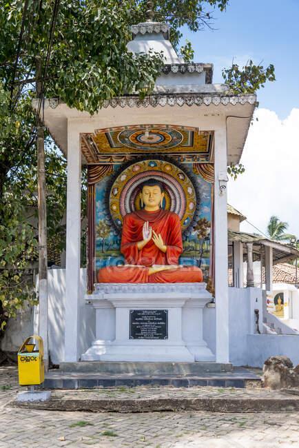 Sri Lanka, Provincia meridionale, Tangalle, statua di Buddha al tempio Henakaduwa Purana Viharaya — Foto stock