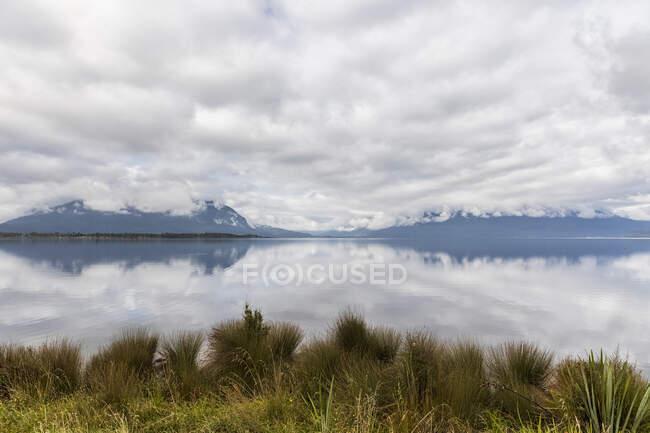 Нова Зеландія, Сірий район, Моана, Хмари, що відображають озеро Бруннер. — стокове фото