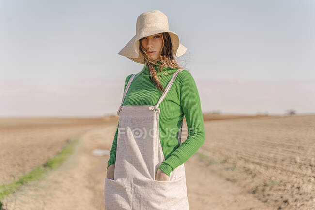 Young woman standing on dry field — Stock Photo