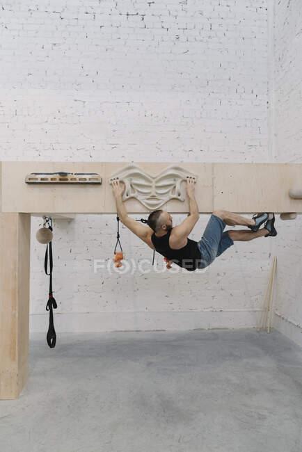 Homem fazendo exercícios de alongamento antes de subir — Fotografia de Stock