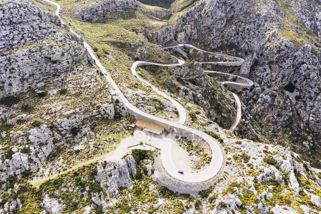 Spagna, Isole Baleari, Sa Calobra, Drone vista dell'autostrada Ma-2141 nella gamma Serra de Tramuntana — Foto stock