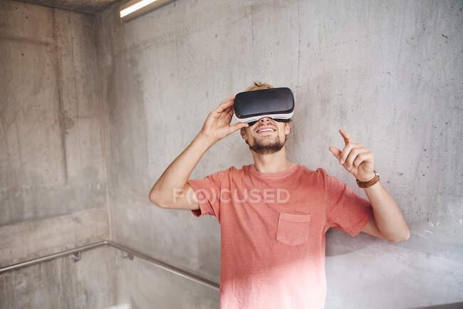 Joven con gafas de realidad virtual - foto de stock
