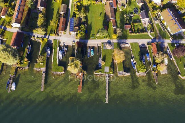 Німеччина, Баварія, Вид з повітря на прибережні будинки та пристані села на острові Фрауенхіемзее. — стокове фото
