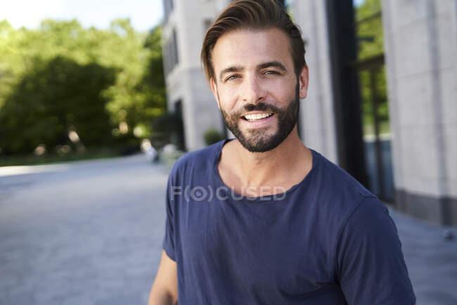 Портрет усміхненого чоловіка в місті. — стокове фото