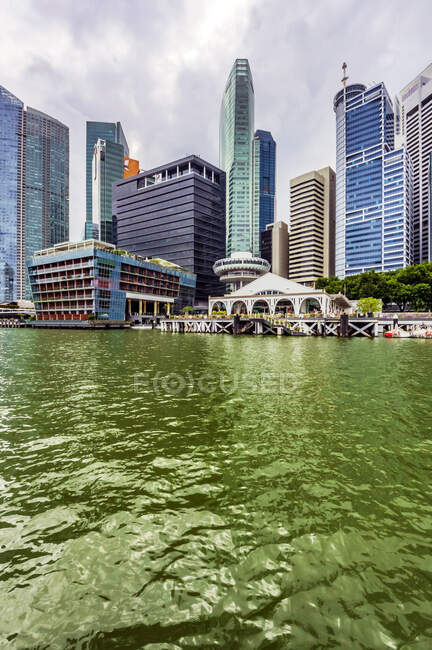 Південно - східна Азія, Сінгапур, гавань і хмарочоси — стокове фото
