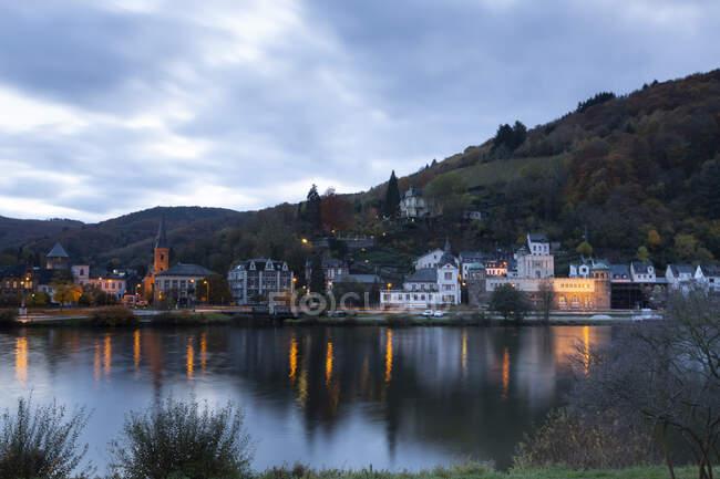 Germany, Rhineland-Palatinate, Traben-Trarbach, Riverside town at autumn dusk — Stock Photo