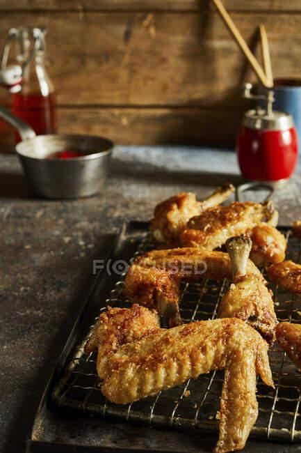 Primo piano delle ali di pollo alla griglia — Foto stock