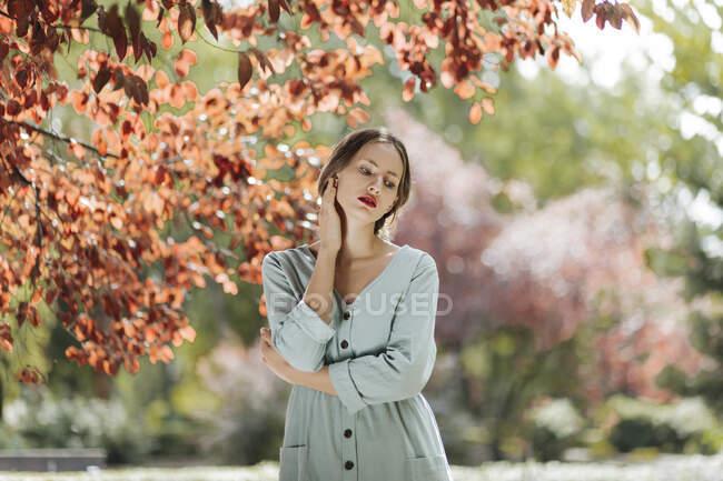 Портрет молодої жінки з червоними губами. — стокове фото