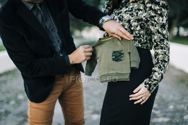Крупный план будущих родителей, держащих прыгуна — стоковое фото