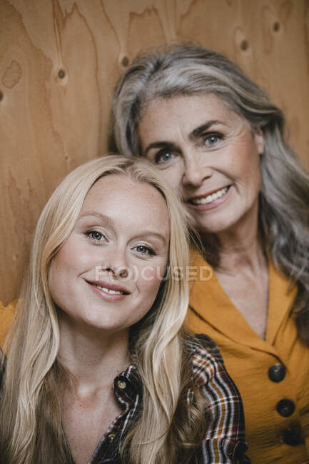 Портрет усміхненої матері й дорослої дочки. — стокове фото