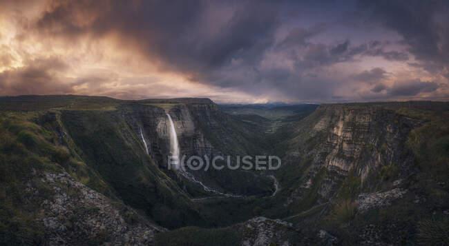 Cascade Espagne, Alava, Salto del Nervion au coucher du soleil — Photo de stock