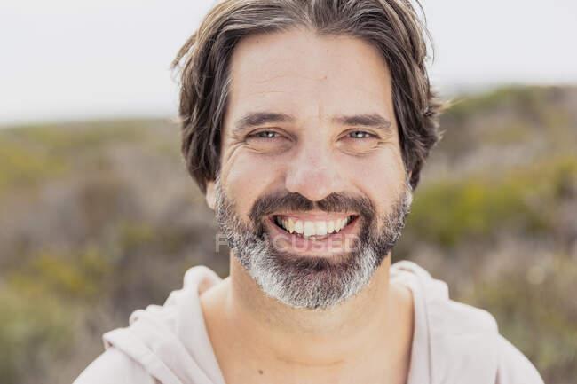 Портрет счастливого бородатого — стоковое фото