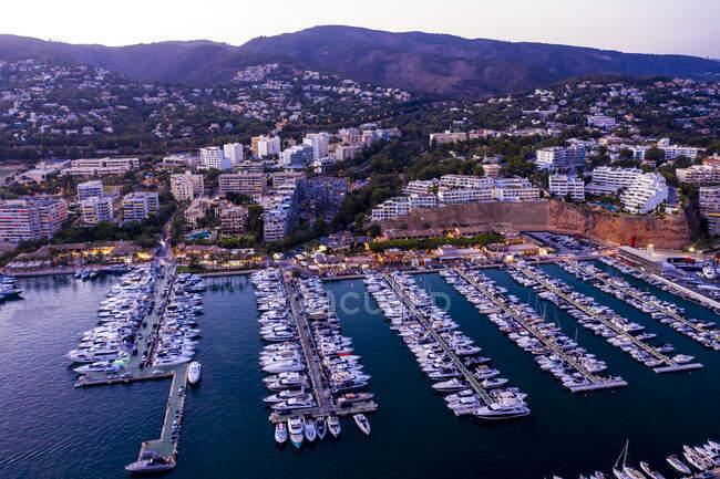 España, Islas Baleares, Mallorca, Portals Nous, Puerto Portals, Vista aérea del puerto deportivo de lujo al atardecer - foto de stock