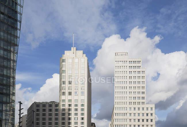 Німеччина, Берлін, Потсдамер Плац, Skyscrapers against sky, Geschaftshaus P5, Bahntower — стокове фото