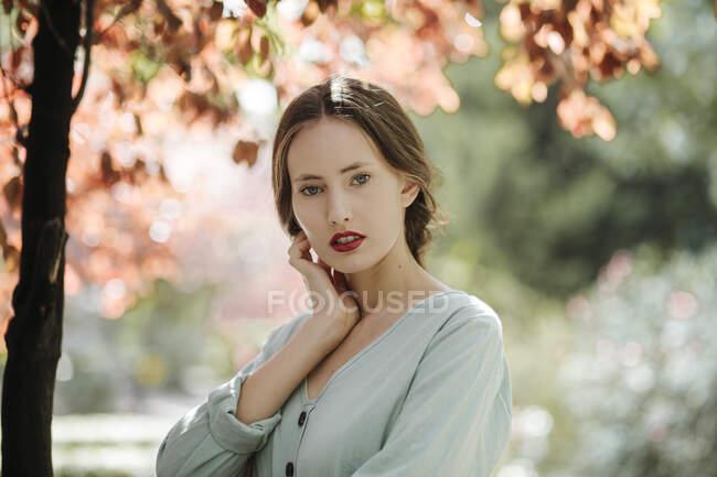 Ritratto di giovane donna con labbra rosse in natura — Foto stock
