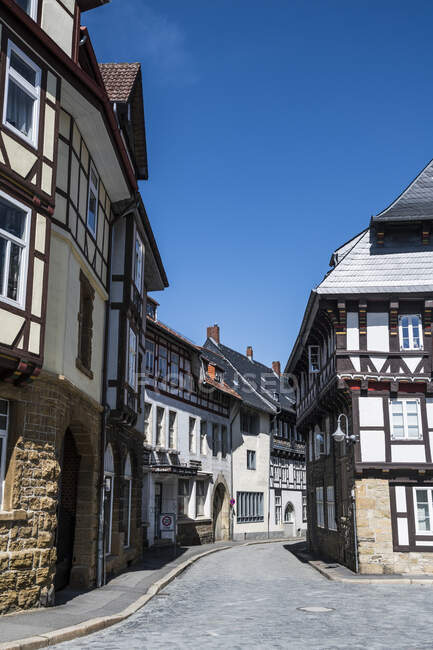Germany, Lower Saxony, Goslar, Alley between half-timbered houses of historical town — Stock Photo