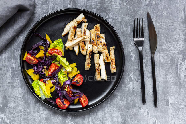 Tiras de carne de pavo con ensalada de verduras - foto de stock