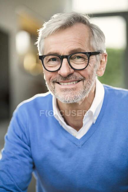 Porträt eines lächelnden Seniors zu Hause — Stockfoto