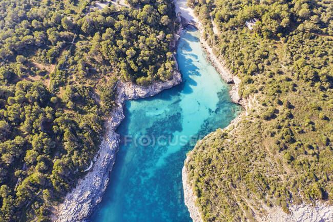 Spagna, Isole Baleari, Cala dOr, Drone vista della baia di Cala sa Nau in estate — Foto stock