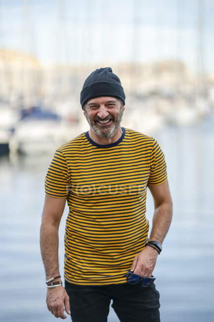 Retrato de homem maduro rindo usando boné e camiseta listrada, Alicante, Espanha — Fotografia de Stock