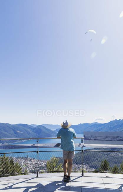Escursionista in piedi sulla piattaforma panoramica Cardada sopra Locarno guardando verso Lago Maggiore, Ticino, Svizzera — Foto stock
