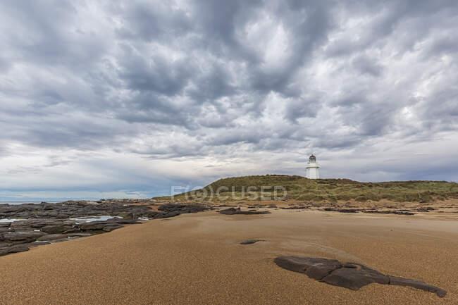 Nueva Zelanda, Oceanía, Isla Sur, Southland, Otara, Beach y Waipapa Point Lighthouse - foto de stock