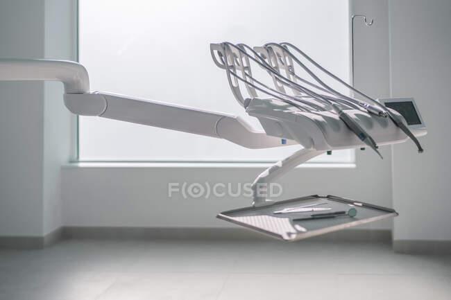 Primer plano de los instrumentos dentales moder en la clínica dental - foto de stock