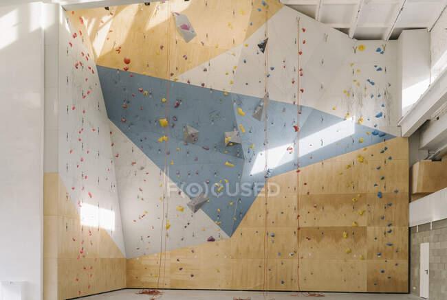 Interior de un gimnasio de escalada - foto de stock