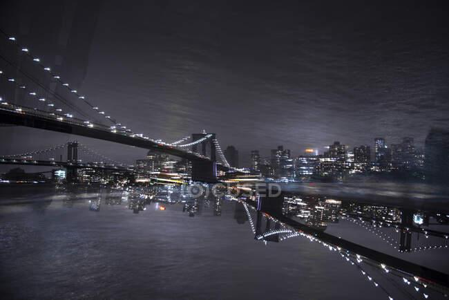 Estados Unidos, Nueva York, Nueva York, Manhattan Bridge iluminado por la noche - foto de stock